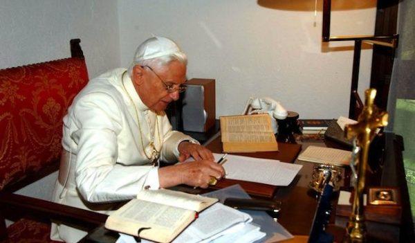 """L'hérésie au pouvoir - Benoît XVI, à son tour, visé par une forme de """"correction"""""""