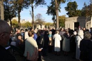 Paris – Prière pour les prêtres défunts au cimetière de Montparnasse le 2 novembre
