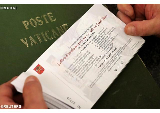 Une Opel, un stylo Mont-Blanc pour la tombola du pape en faveur des sans-abris