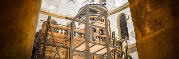 La dalle du tombeau du Christ exceptionnellement soulevée