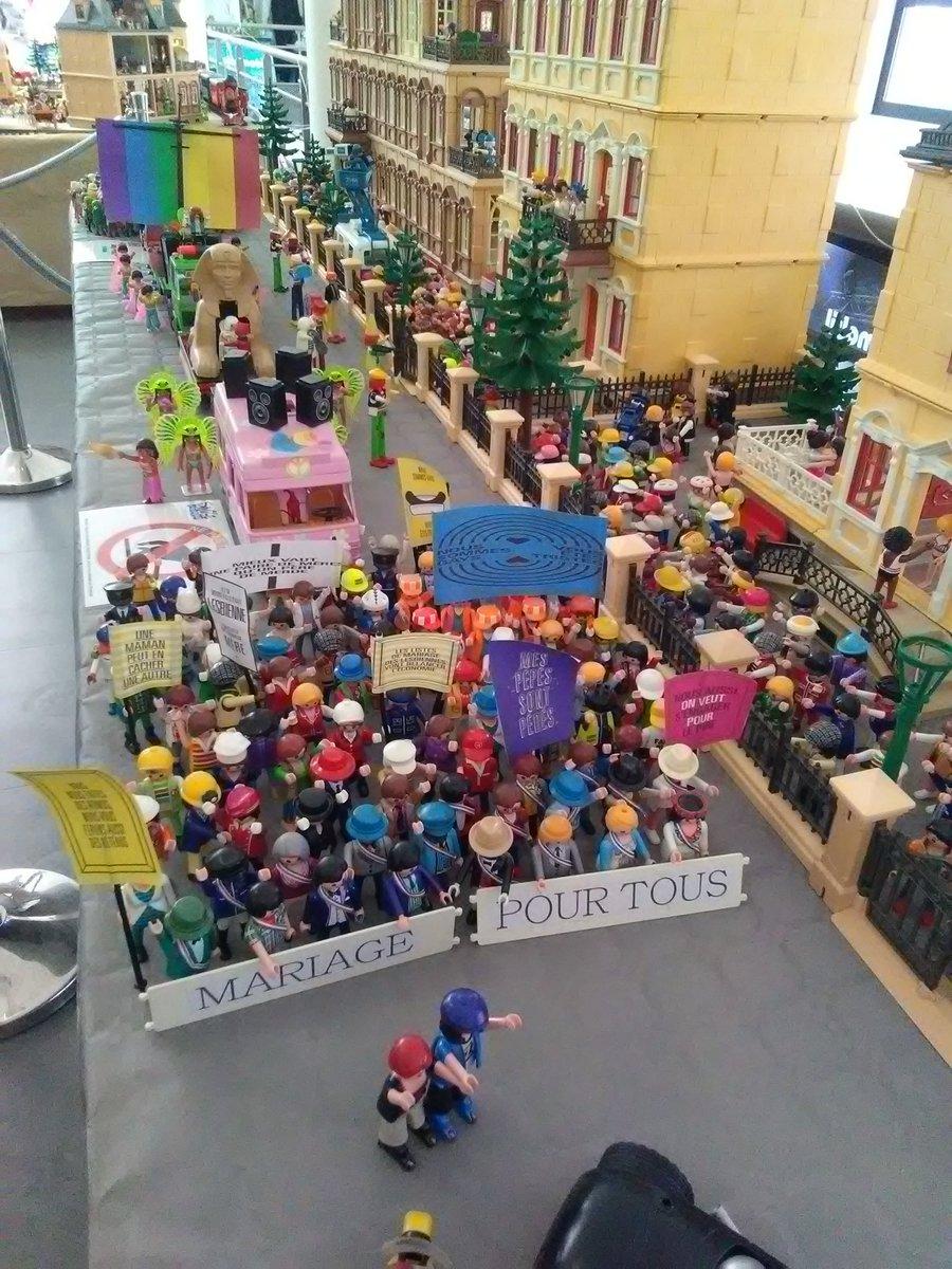 La photo du jour – Une manif LGBT playmobil sur la croisette normande