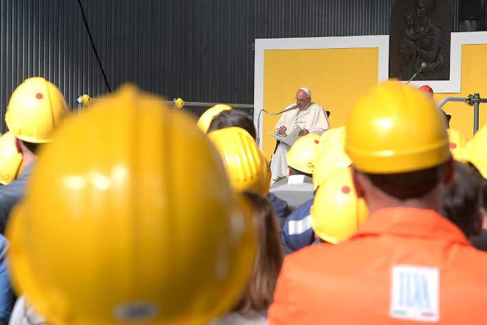 «Le véritable objectif à atteindre n'est pas le 'revenu pour tous' mais le 'travail pour tous'» affirme le pape