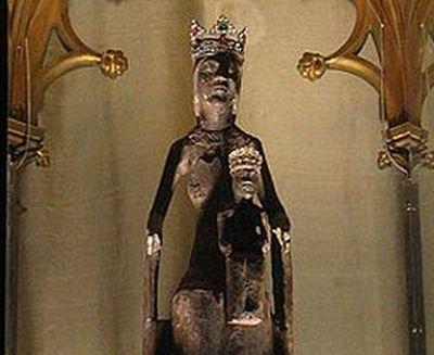 """""""Je viens prier chez vous"""": le tour du monde à la voile de la Vierge de Rocamadour"""