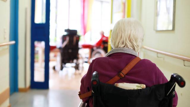 """Serions-nous en train de pousser les """"vieux"""" vers l'euthanasie?"""