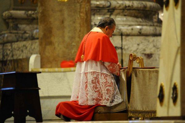 Face à la crise de l'Eglise les derniers mots du cardinal Caffarra auraient été : Les Apôtres étaient douze et le Seigneur recommencera avec quelques-uns.