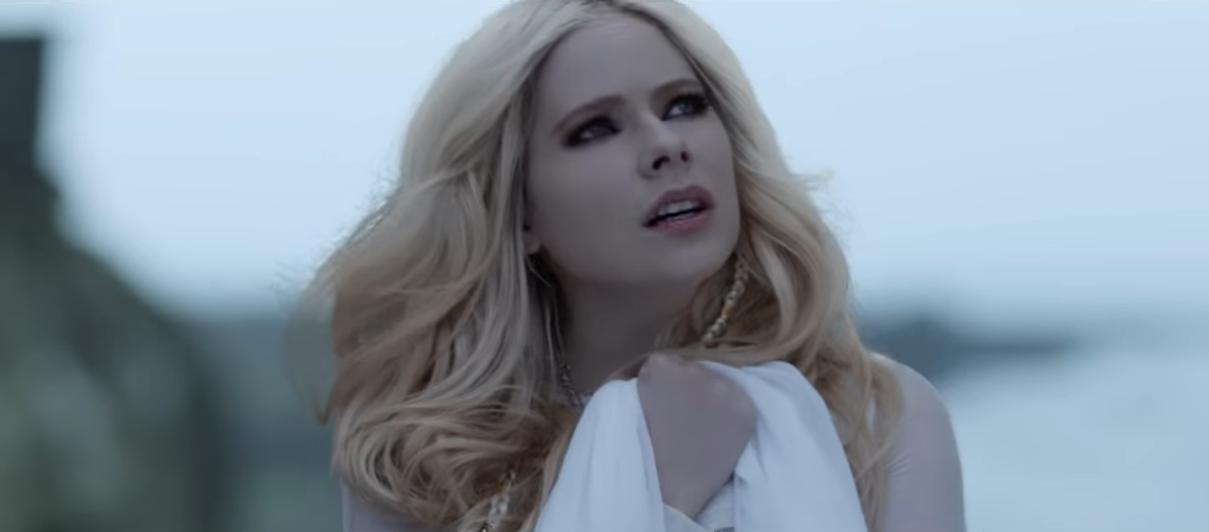 Atteinte de la maladie de Lyme et aux portes de la mort, la «Pop Punk Queen» Avril Lavigne crie à Dieu