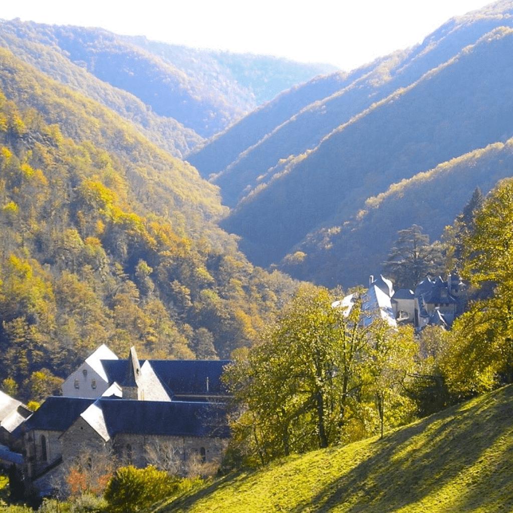 L'abbaye de Bonneval se trouve au creux d'un vallon, selon la tradition cistercienne – Crédit Photo : Abbaye de Bonneval