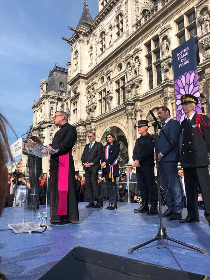 Hommage aux sauveteurs de Notre-Dame de Paris
