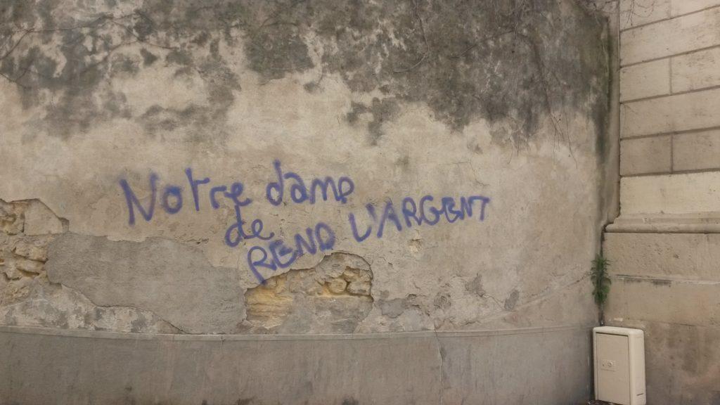 """Montpellier une église taguée en centre ville; """"Notre Dame de rend l'argent"""""""