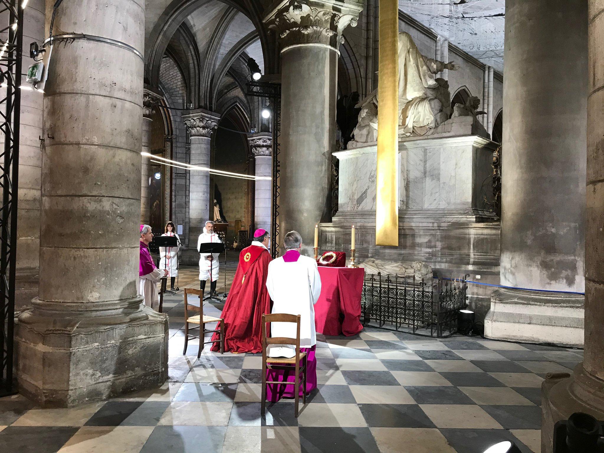 Paris: vénération de la Sainte Couronne d'épines à Notre-Dame
