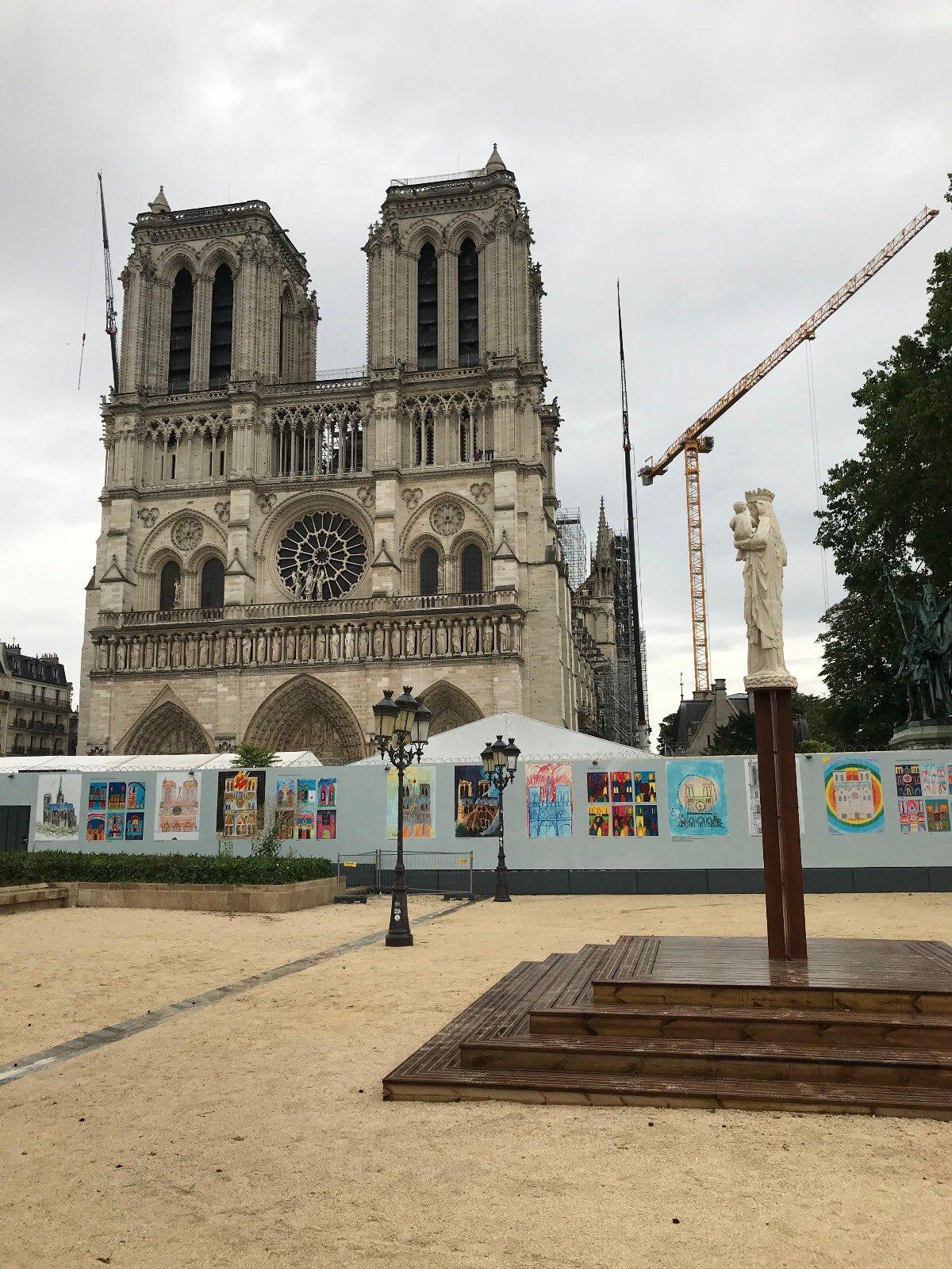 Paris: installation de la réplique de la statue de Notre-Dame de Paris sur le parvis de la cathédrale