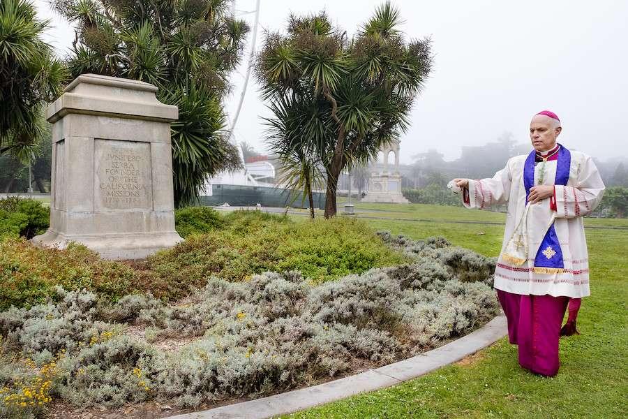 San Francisco: l'archevêque dit une prière d'exorcisme devant la statue abattue de saint Junípero Serra