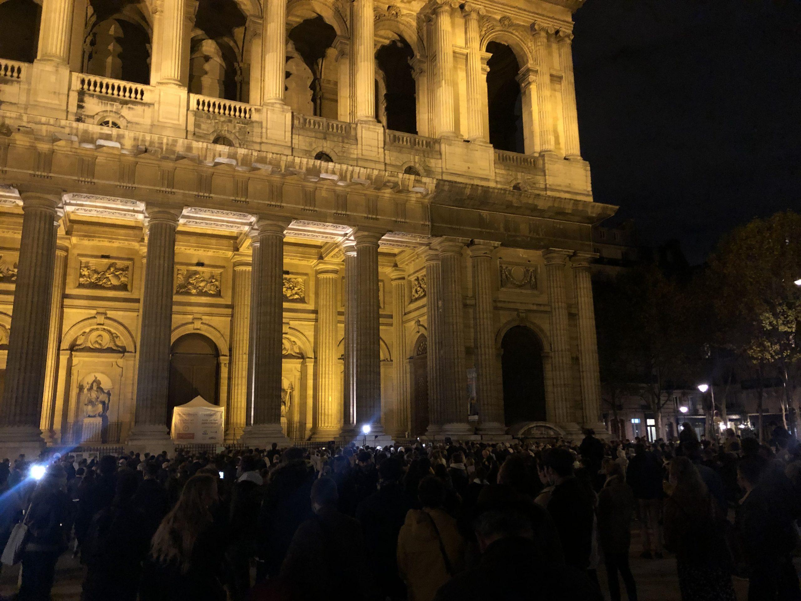 Paris: rassemblement pour la messe devant Saint-Sulpice