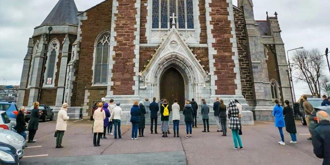 Irlande: ils prient devant la cathédrale pour demander le rétablissement du culte