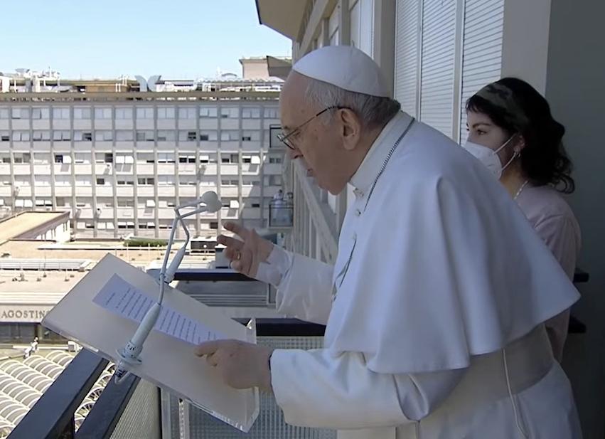 Rome: le Pape restera encore à l'hôpital