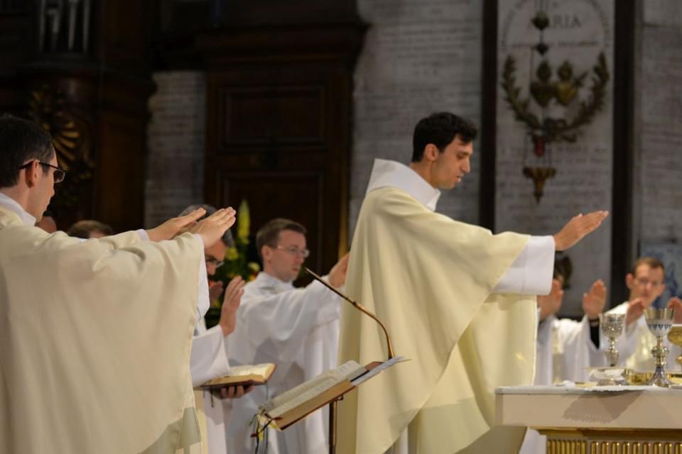 Paris: premières messes célébrées par les prêtres ordonnés le 26 juin dernier